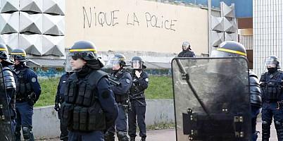 61974_nique_police_lemonde.jpg: 844x420, 46k (05 janvier 2018 à 20h47)